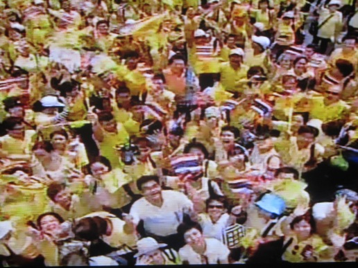 Crowds similar to this are gathering in Hua Hin waiting for the King to make an appearance.